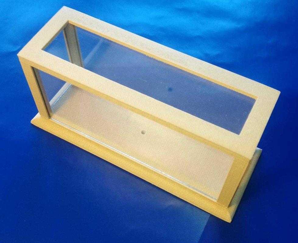Base in simil legno e teca in plexglass , per protezione dei modellini o altro oggetto
